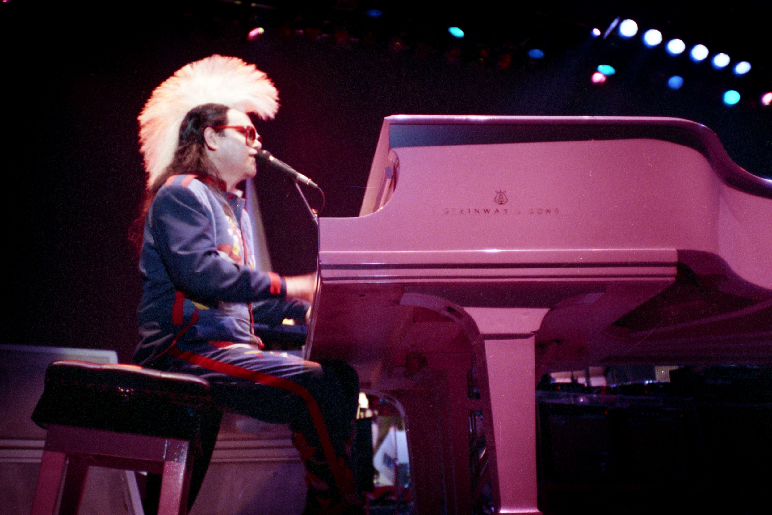 pop muziek popmuziek muzikanten artiest Elton John Ahoy Rotterdam 24 4 1986 Ice on Fire Tour piano glam rock