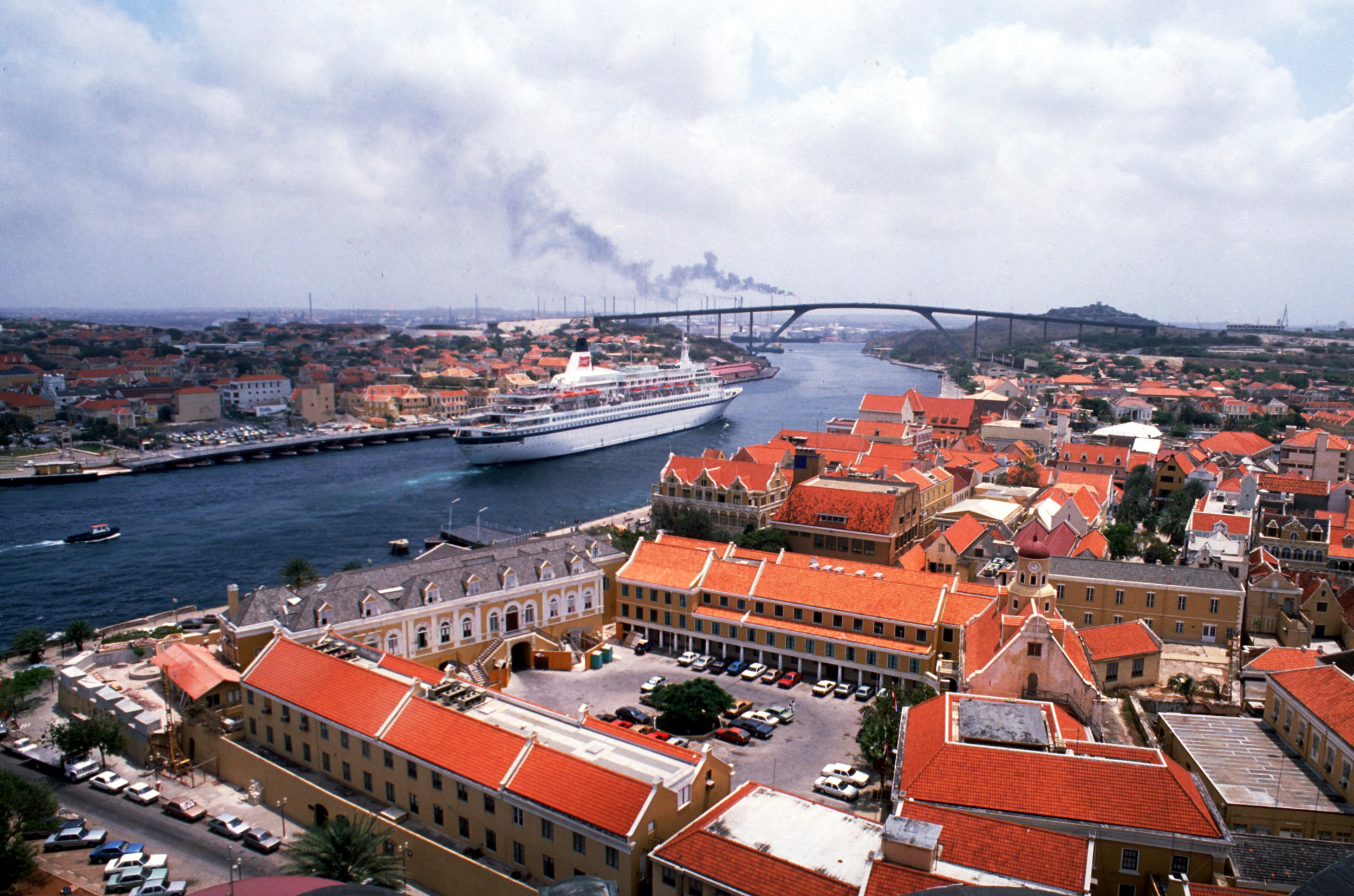 cruise cruiseschip vakantie vrije tijd Nederlandse Antillen Curacao brug water huizen overzicht over Punda Ottrabanda Schottegat Willemstad Julianabrug cruiseboot haven mensen