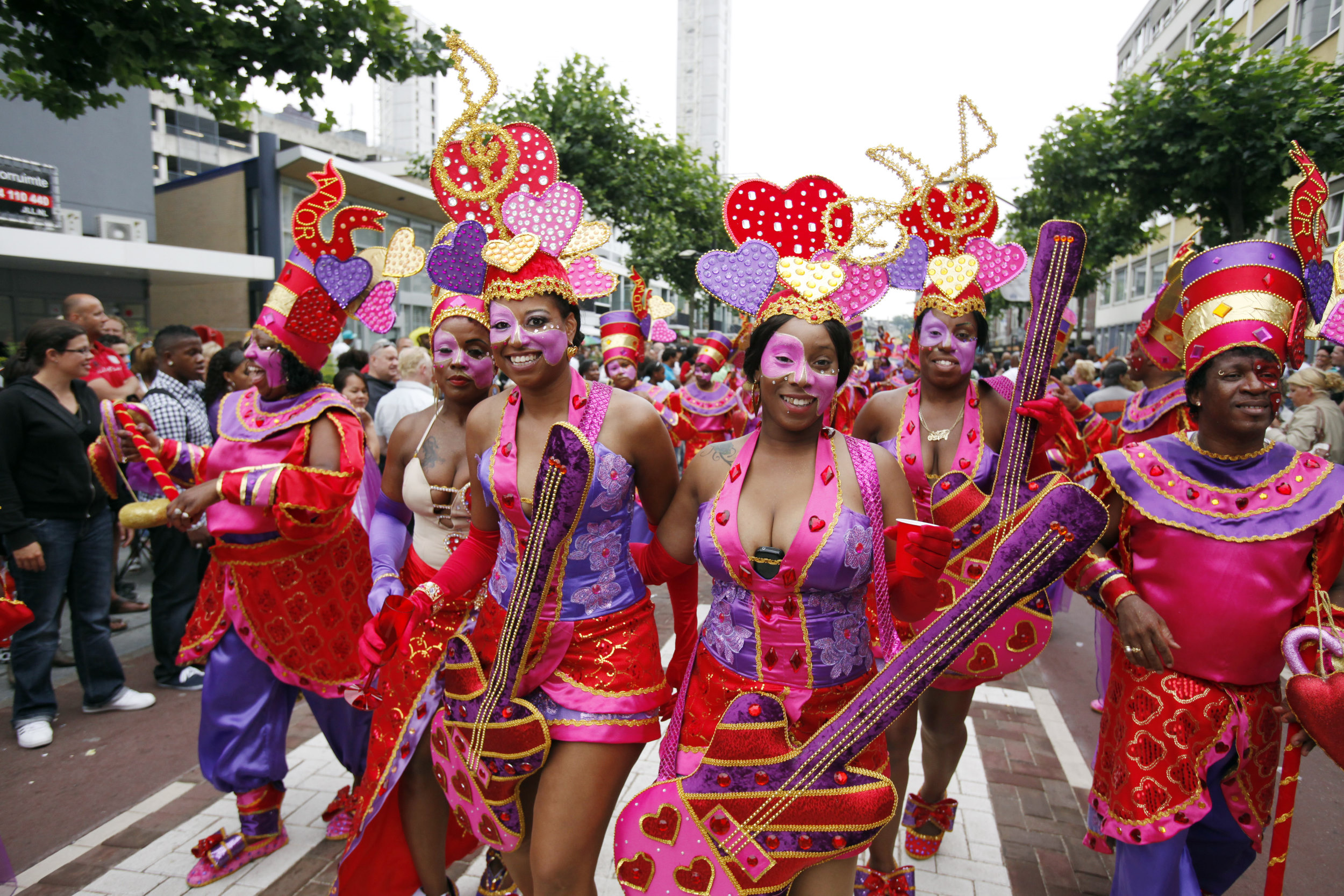 feest Rotterdam Zomercarnaval zomer carnaval rood dames optocht parade