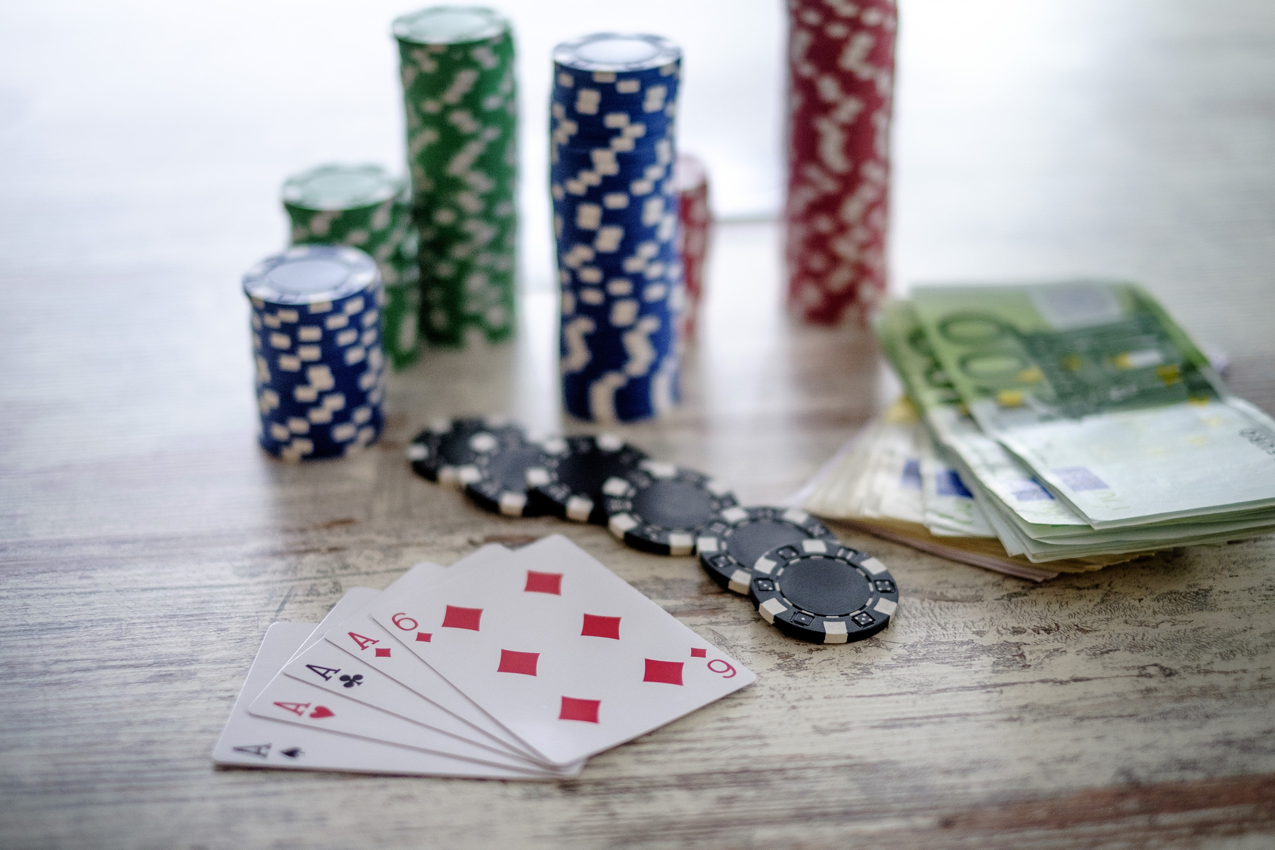 geld, money, poker, gokken, gamble, gokspel, fiches, euro, kaarten, four of a kind